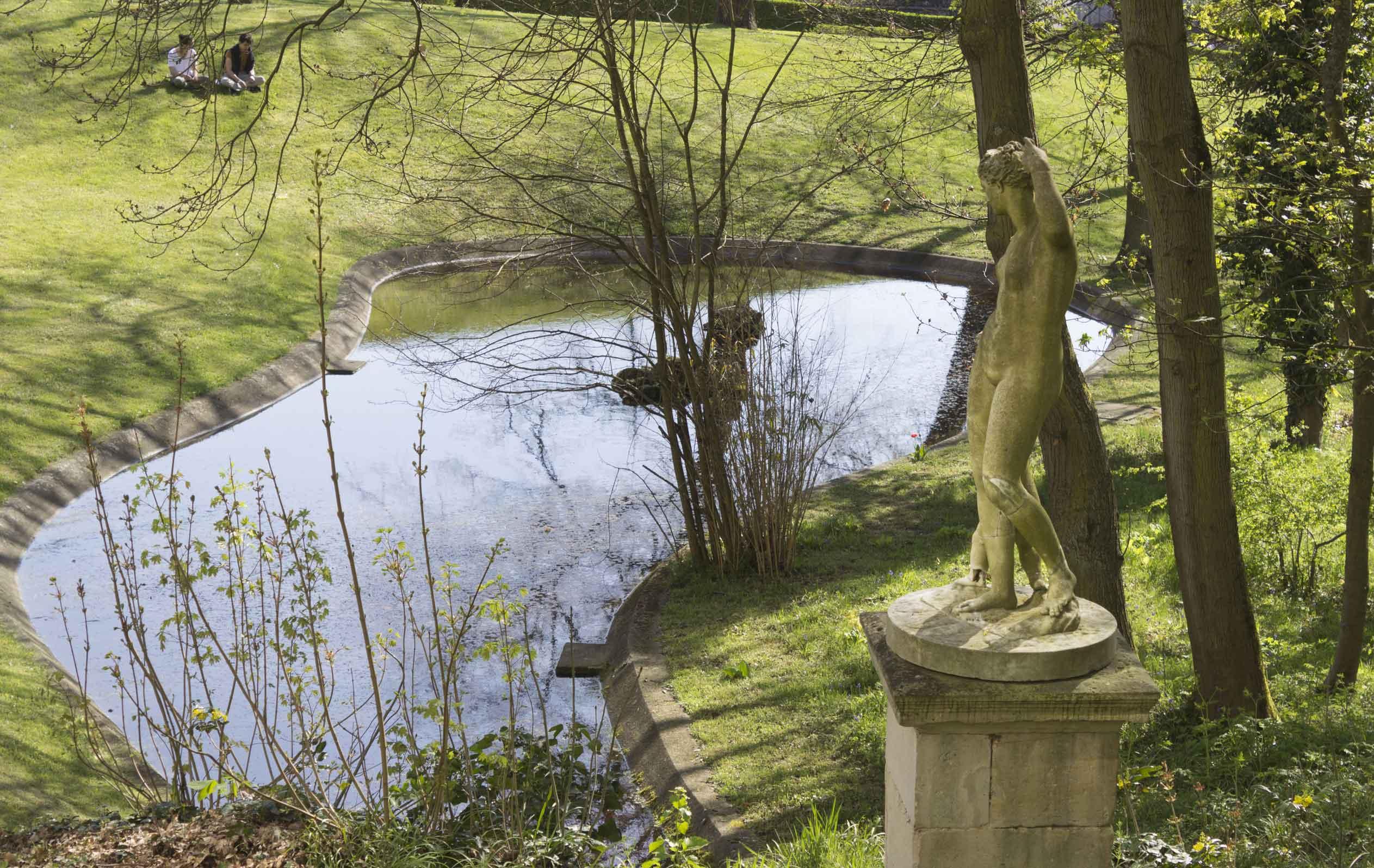 Bassin et statue de l'UFR des SCiences