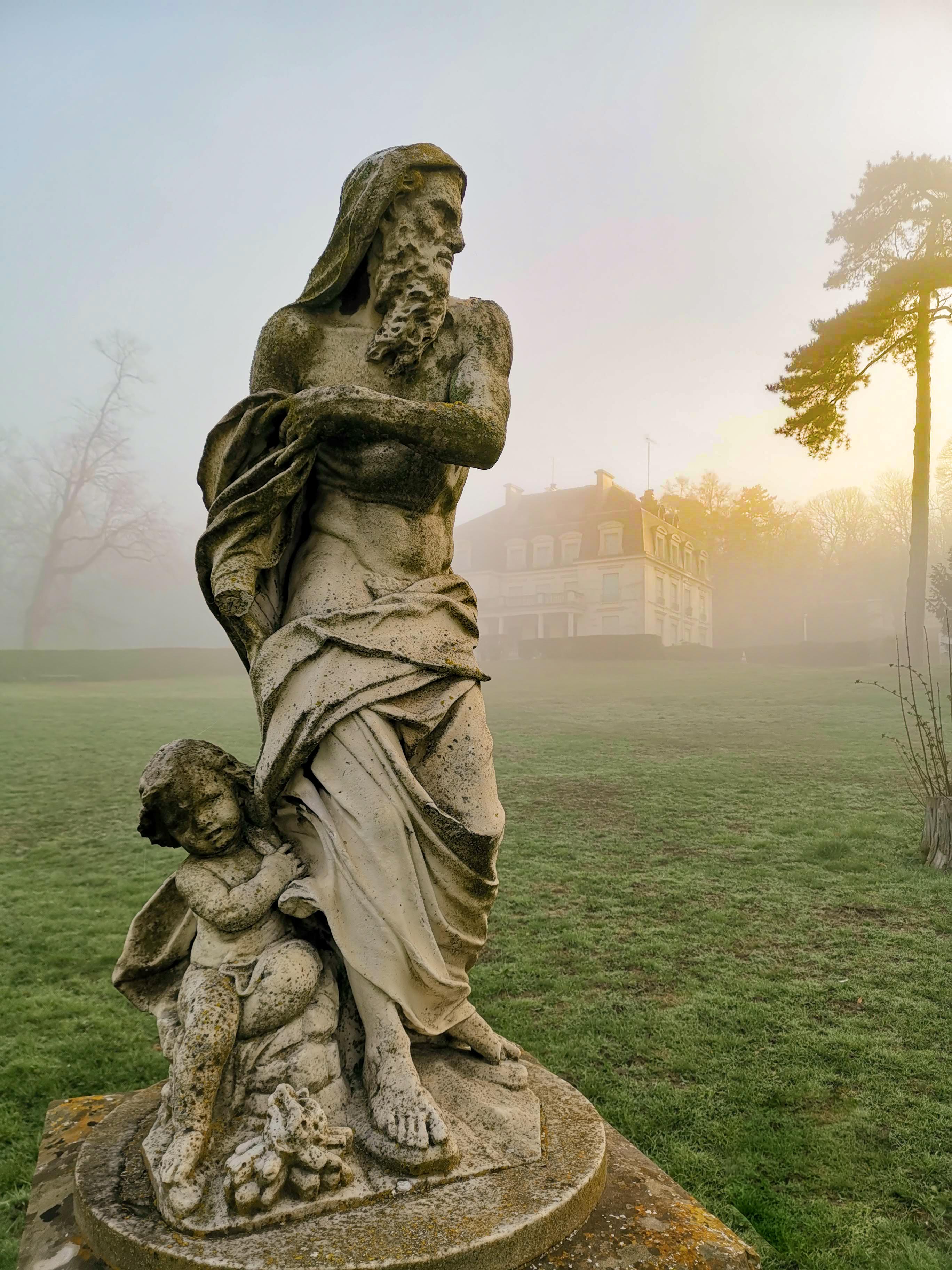 Statue de l'homme et l'enfant